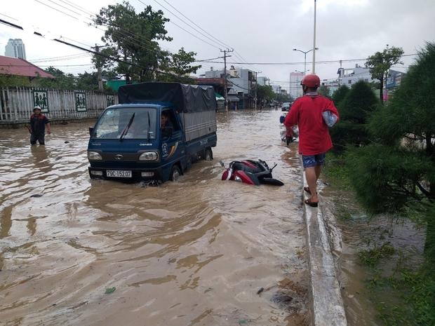 Mưa lớn làm 3 người chết, 1 người mất tích và ngập ngụt nhiều nơi ở miền Trung - Ảnh 3.