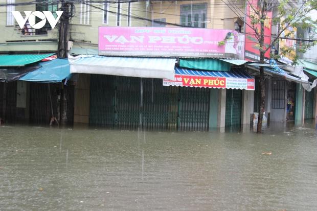 Mưa lớn làm 3 người chết, 1 người mất tích và ngập ngụt nhiều nơi ở miền Trung - Ảnh 4.