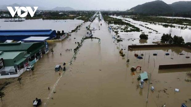 Mưa lớn làm 3 người chết, 1 người mất tích và ngập ngụt nhiều nơi ở miền Trung - Ảnh 1.