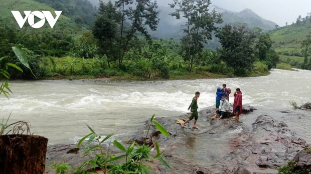 Mưa lớn làm 3 người chết, 1 người mất tích và ngập ngụt nhiều nơi ở miền Trung - Ảnh 2.