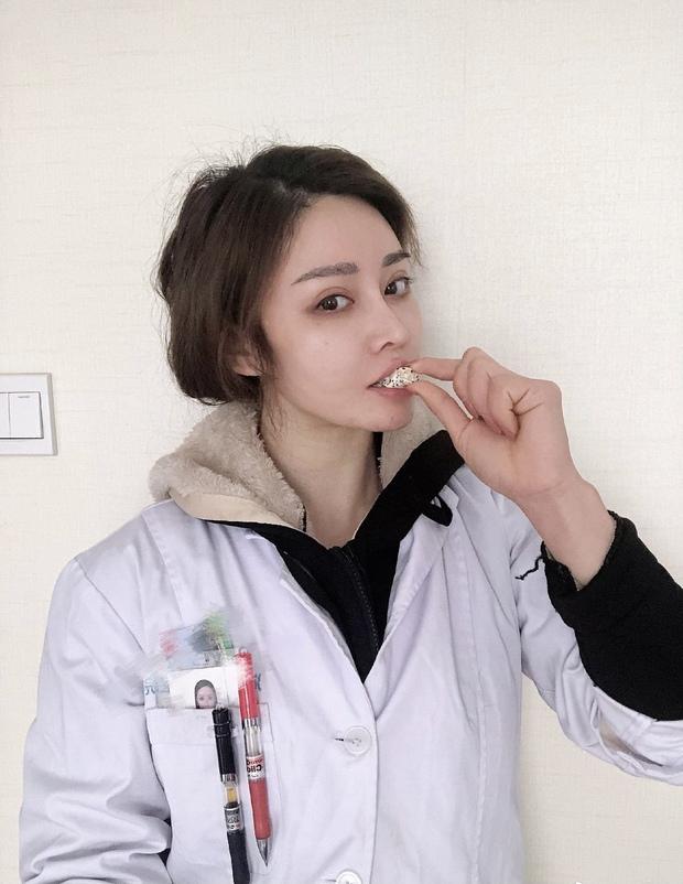 Nữ Tiến sĩ ngành y mặt baby, body lực sĩ khiến người không mắc bệnh cũng đến xếp hàng xin khám là ai mà khuynh đảo MXH Trung Quốc? - Ảnh 7.