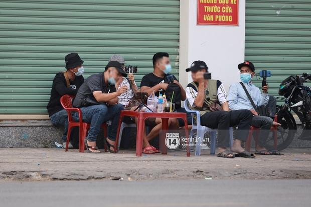Streamer, YouTuber chen lấn và la hét tại đám tang nghệ sĩ Chí Tài, kêu gọi like share gây nên cảnh tượng hỗn loạn - Ảnh 5.