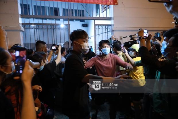 Streamer, YouTuber chen lấn và la hét tại đám tang nghệ sĩ Chí Tài, kêu gọi like share gây nên cảnh tượng hỗn loạn - Ảnh 12.