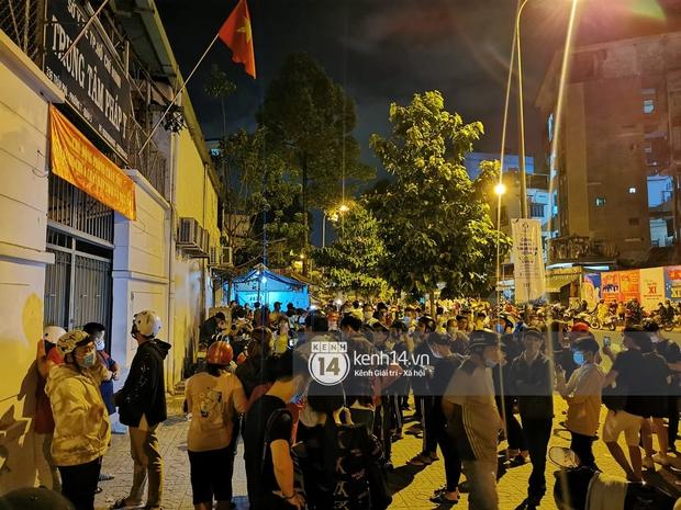 Streamer, YouTuber chen lấn và la hét tại đám tang nghệ sĩ Chí Tài, kêu gọi like share gây nên cảnh tượng hỗn loạn - Ảnh 14.