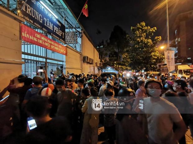 Streamer, YouTuber chen lấn và la hét tại đám tang nghệ sĩ Chí Tài, kêu gọi like share gây nên cảnh tượng hỗn loạn - Ảnh 6.