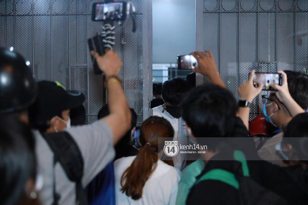 Streamer, YouTuber chen lấn và la hét tại đám tang nghệ sĩ Chí Tài, kêu gọi like share gây nên cảnh tượng hỗn loạn - Ảnh 7.