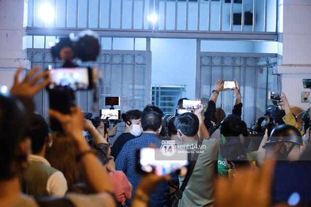 Streamer, YouTuber chen lấn và la hét tại đám tang nghệ sĩ Chí Tài, kêu gọi like share gây nên cảnh tượng hỗn loạn - Ảnh 8.