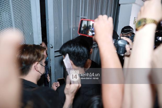 Streamer, YouTuber chen lấn và la hét tại đám tang nghệ sĩ Chí Tài, kêu gọi like share gây nên cảnh tượng hỗn loạn - Ảnh 9.