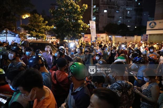 Streamer, YouTuber chen lấn và la hét tại đám tang nghệ sĩ Chí Tài, kêu gọi like share gây nên cảnh tượng hỗn loạn - Ảnh 15.