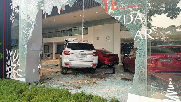 Nữ tài xế lái ô tô tông thẳng vào showroom, một người nhập viện cấp cứu - Ảnh 1.