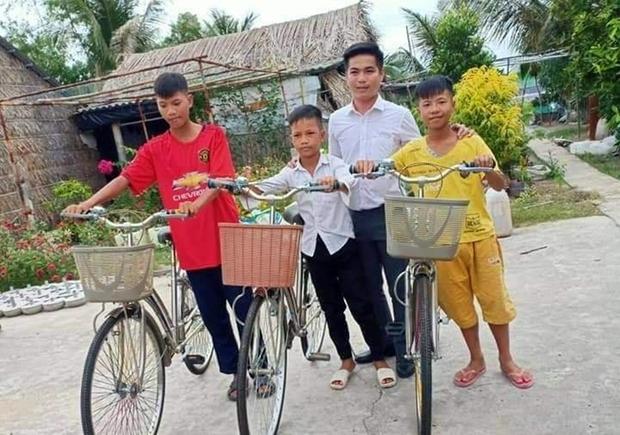 Bé trai 12 tuổi cùng bạn đạp xe 400km từ Cà Mau lên TP.HCM tìm mẹ đã được tặng xe đạp mới: Con nhớ mẹ lắm, con không muốn xa mẹ nữa đâu - Ảnh 4.