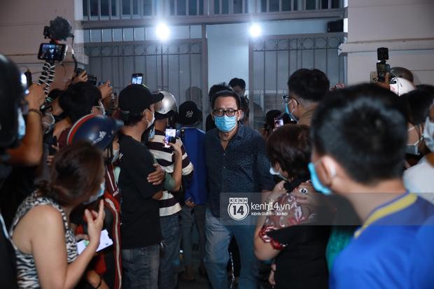 Streamer, YouTuber chen lấn và la hét tại đám tang nghệ sĩ Chí Tài, kêu gọi like share gây nên cảnh tượng hỗn loạn - Ảnh 13.