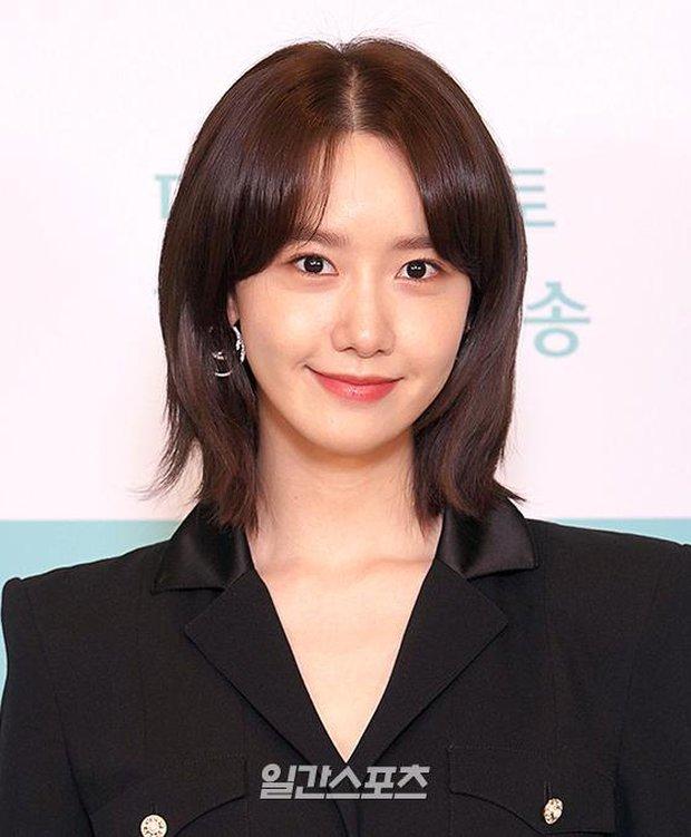 Yoona (SNSD) bất ngờ cắt phăng mái tóc dài nữ thần, nhan sắc liệu có xuống level bên ông hoàng phòng vé? - Ảnh 4.