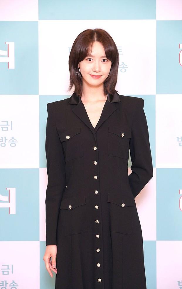 Yoona (SNSD) bất ngờ cắt phăng mái tóc dài nữ thần, nhan sắc liệu có xuống level bên ông hoàng phòng vé? - Ảnh 2.