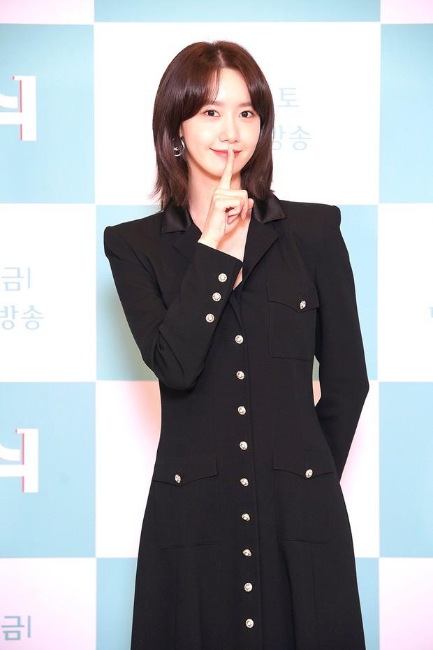 Yoona (SNSD) bất ngờ cắt phăng mái tóc dài nữ thần, nhan sắc liệu có xuống level bên ông hoàng phòng vé? - Ảnh 3.