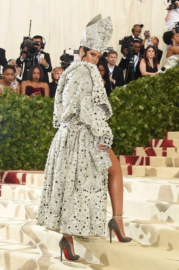 Rihanna đúng là nữ hoàng thảm đỏ của Hollywood: Bức tử vòng 1 ngồn ngộn, mặc như nude 100%, đẹp nhất lại là lúc hở tinh tế - Ảnh 3.