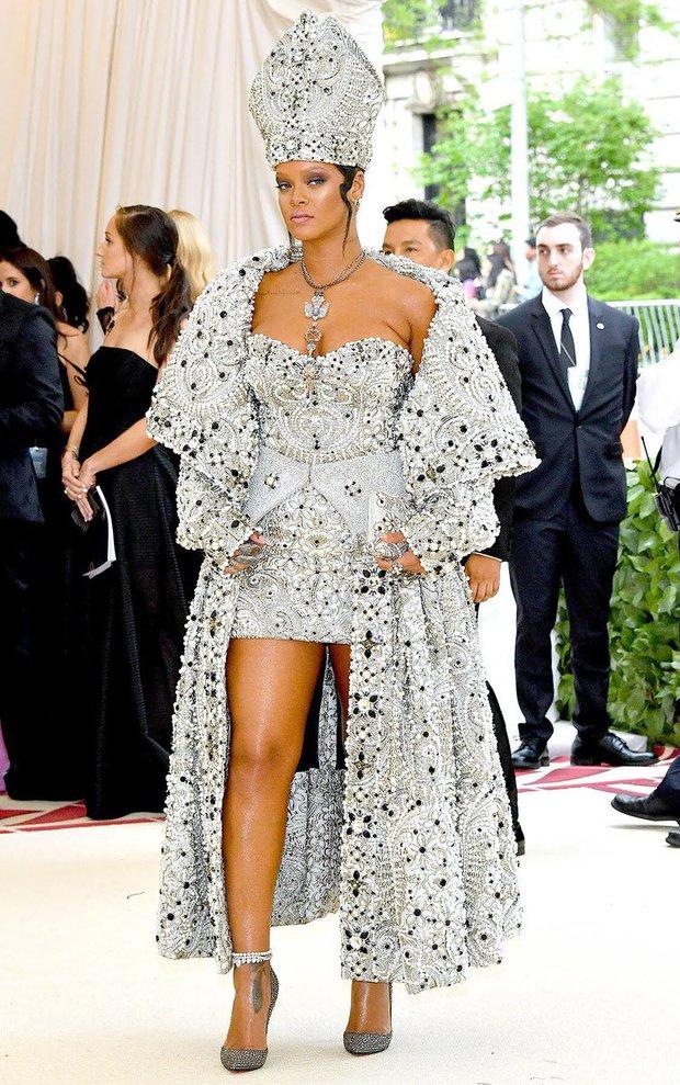 Rihanna đúng là nữ hoàng thảm đỏ của Hollywood: Bức tử vòng 1 ngồn ngộn, mặc như nude 100%, đẹp nhất lại là lúc hở tinh tế - Ảnh 2.