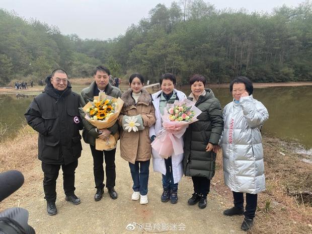 Nhan sắc thật sự của Triệu Lệ Dĩnh được tiết lộ trong ảnh chụp với đồng nghiệp, liệu có trẻ trung như tưởng tượng? - Ảnh 4.
