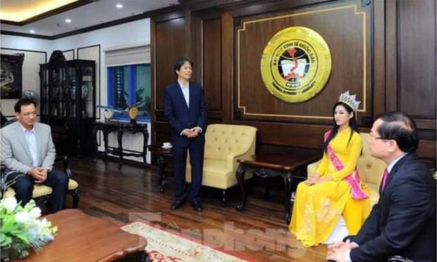 Trưởng BTC cuộc thi Hoa hậu Việt Nam 2020 phản hồi gì về bức ảnh Hiệu trưởng chắp tay báo cáo Hoa hậu?  - Ảnh 1.