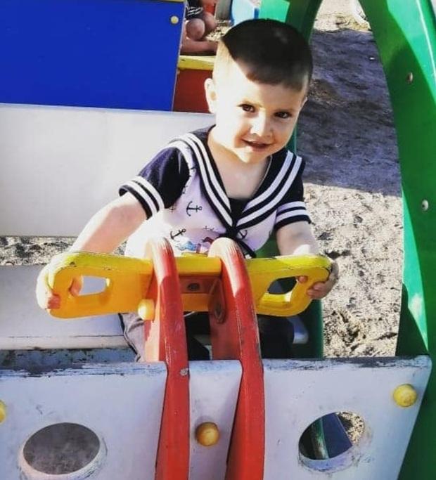 Con trai nằm cứng đơ trên ghế vì bị cha dượng tra tấn, mẹ không gọi cấp cứu mà hành động quái gở, tư thế khi chết của đứa trẻ gây nhói lòng - Ảnh 1.