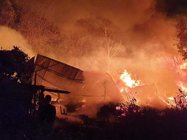 Nhà xưởng rộng gần 1.000m2 ở Bình Dương chìm trong biển lửa - Ảnh 1.