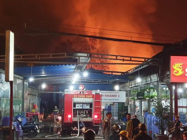 Nhà xưởng rộng gần 1.000m2 ở Bình Dương chìm trong biển lửa - Ảnh 2.