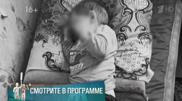 Con trai nằm cứng đơ trên ghế vì bị cha dượng tra tấn, mẹ không gọi cấp cứu mà hành động quái gở, tư thế khi chết của đứa trẻ gây nhói lòng - Ảnh 3.