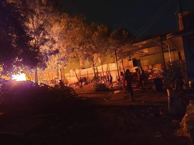 Nhà xưởng rộng gần 1.000m2 ở Bình Dương chìm trong biển lửa - Ảnh 3.
