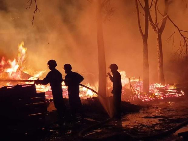 Nhà xưởng rộng gần 1.000m2 ở Bình Dương chìm trong biển lửa - Ảnh 4.
