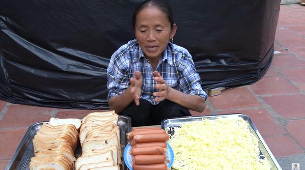 Bà Tân Vlog thành công mĩ mãn với món pizza làm từ bánh mì nhờ cách nướng mang phong cách riêng - Ảnh 1.