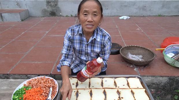 Bà Tân Vlog thành công mĩ mãn với món pizza làm từ bánh mì nhờ cách nướng mang phong cách riêng - Ảnh 3.