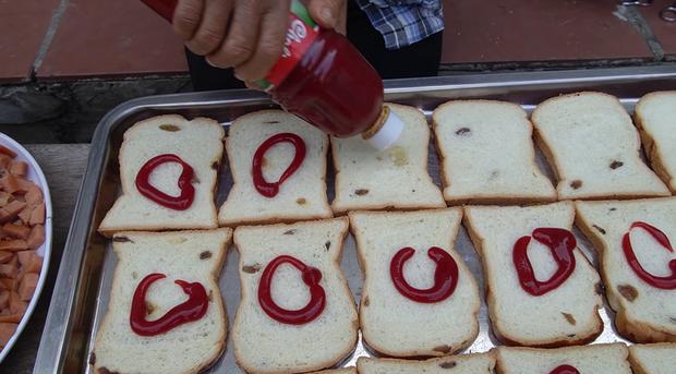 Bà Tân Vlog thành công mĩ mãn với món pizza làm từ bánh mì nhờ cách nướng mang phong cách riêng - Ảnh 4.