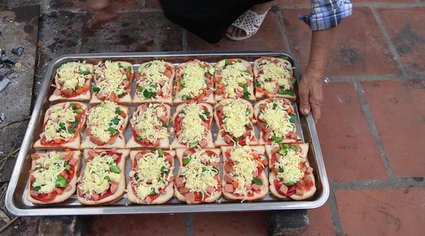Bà Tân Vlog thành công mĩ mãn với món pizza làm từ bánh mì nhờ cách nướng mang phong cách riêng - Ảnh 6.