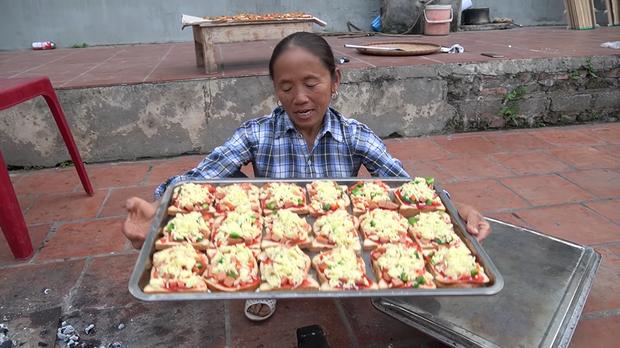 Bà Tân Vlog thành công mĩ mãn với món pizza làm từ bánh mì nhờ cách nướng mang phong cách riêng - Ảnh 7.