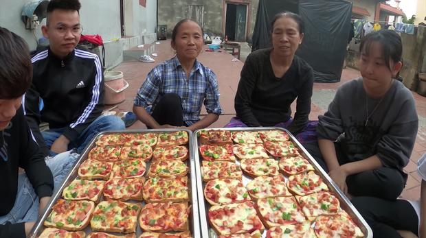 Bà Tân Vlog thành công mĩ mãn với món pizza làm từ bánh mì nhờ cách nướng mang phong cách riêng - Ảnh 8.