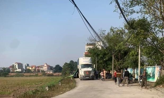 Hà Nội: 2 chị em ruột bất ngờ bị xe container lùi trúng, tử vong thương tâm khi đang chở nhau đi học - Ảnh 1.