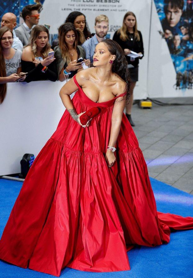 Rihanna đúng là nữ hoàng thảm đỏ của Hollywood: Bức tử vòng 1 ngồn ngộn, mặc như nude 100%, đẹp nhất lại là lúc hở tinh tế - Ảnh 6.