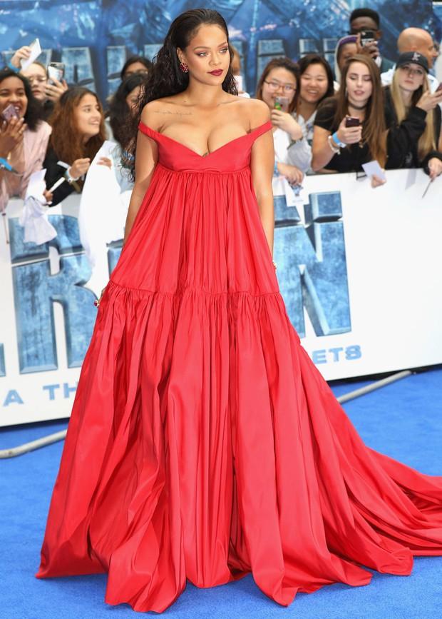Rihanna đúng là nữ hoàng thảm đỏ của Hollywood: Bức tử vòng 1 ngồn ngộn, mặc như nude 100%, đẹp nhất lại là lúc hở tinh tế - Ảnh 7.