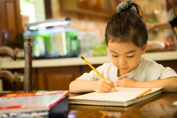 Con gái khóc nức nở vì bị gạch đáp án 7,5 - 2,5 = 5, bà mẹ tưởng bị trù dập, ai ngờ lại là bài học nhớ đời của giáo viên - Ảnh 2.