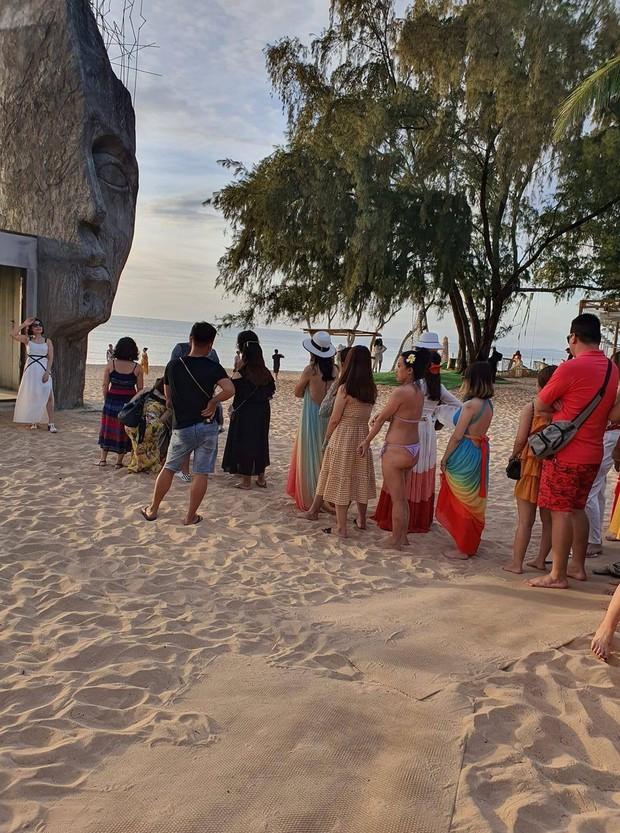 Xôn xao hình ảnh đợi vài tiếng để check-in điểm chụp hình hot nhất Phú Quốc, vô duyên hơn là bình luận đi biển sao mặc bikini? - Ảnh 2.