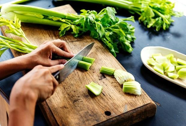3 loại rau nên ăn thường xuyên để thúc đẩy quá trình chuyển hóa cholesterol và ngăn ngừa bệnh mỡ máu - Ảnh 2.