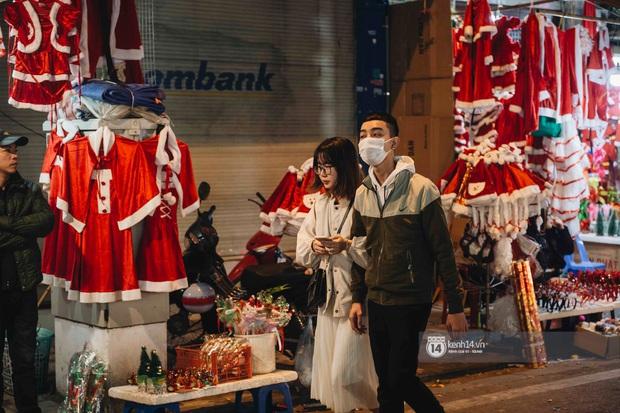 Phố xá Hà Nội mùa Giáng sinh đâu kém gì nước ngoài: khắp nơi trang hoàng lộng lẫy, lên đèn sáng rực cả màn đêm - Ảnh 8.