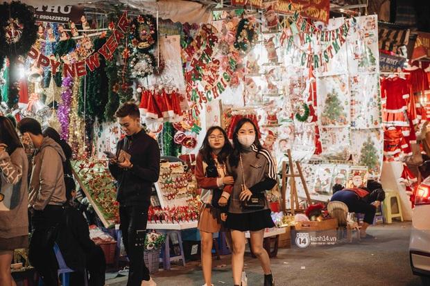 Phố xá Hà Nội mùa Giáng sinh đâu kém gì nước ngoài: khắp nơi trang hoàng lộng lẫy, lên đèn sáng rực cả màn đêm - Ảnh 6.
