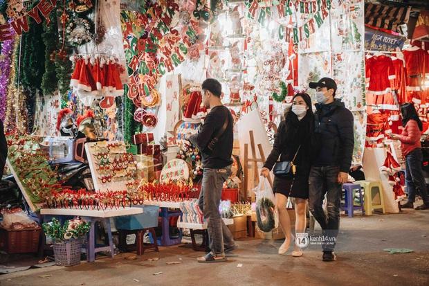 Phố xá Hà Nội mùa Giáng sinh đâu kém gì nước ngoài: khắp nơi trang hoàng lộng lẫy, lên đèn sáng rực cả màn đêm - Ảnh 1.