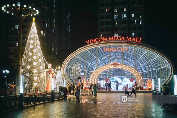 Phố xá Hà Nội mùa Giáng sinh đâu kém gì nước ngoài: khắp nơi trang hoàng lộng lẫy, lên đèn sáng rực cả màn đêm - Ảnh 16.