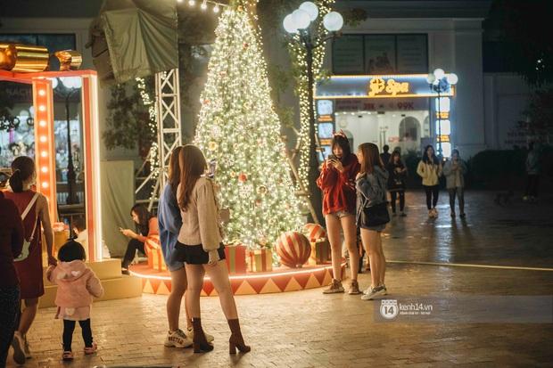 Phố xá Hà Nội mùa Giáng sinh đâu kém gì nước ngoài: khắp nơi trang hoàng lộng lẫy, lên đèn sáng rực cả màn đêm - Ảnh 22.