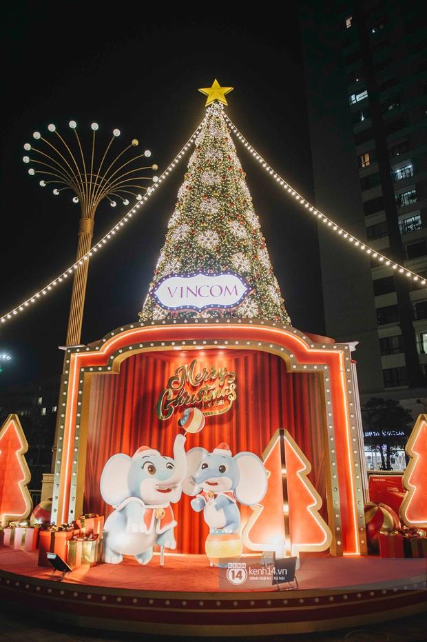 Phố xá Hà Nội mùa Giáng sinh đâu kém gì nước ngoài: khắp nơi trang hoàng lộng lẫy, lên đèn sáng rực cả màn đêm - Ảnh 17.