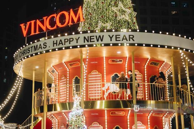 Phố xá Hà Nội mùa Giáng sinh đâu kém gì nước ngoài: khắp nơi trang hoàng lộng lẫy, lên đèn sáng rực cả màn đêm - Ảnh 14.