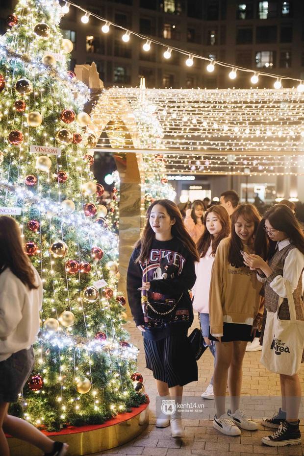Phố xá Hà Nội mùa Giáng sinh đâu kém gì nước ngoài: khắp nơi trang hoàng lộng lẫy, lên đèn sáng rực cả màn đêm - Ảnh 21.