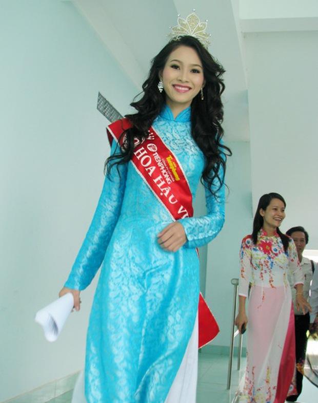 Loạt ảnh Đặng Thu Thảo về thăm trường gây sốt, netizen bỗng tranh cãi nảy lửa và bất ngờ réo tên Hoa hậu Đỗ Thị Hà - Ảnh 3.